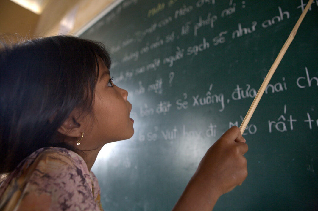 A student of Khmer descent learns Kinh language